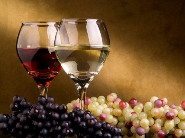 бокалы и виноград