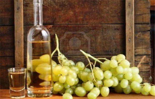 гроздья винограда и бутылка