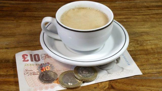 кружка кофе и мелочь